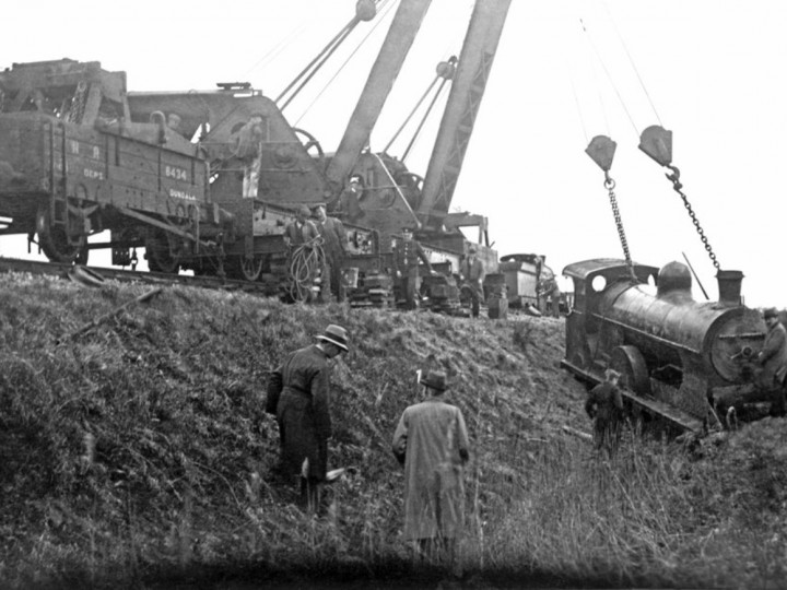 1/2/1933: Both GNR cranes after righting No.190 at Dromiskin. (Paddy Mallon albums)
