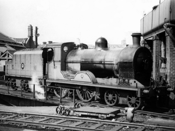 15/4/1962: U No.197 'Lough Neagh' and tender 43 on the DSER turntable at Dublin Amiens Street.