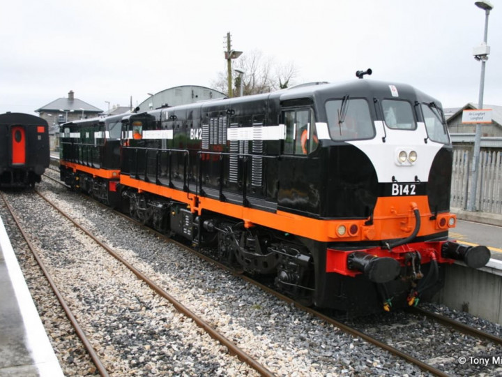 21/2/2010: B142+B141 running round the 'Diesel Do' railtour train at Longford. (T. Mirolo)