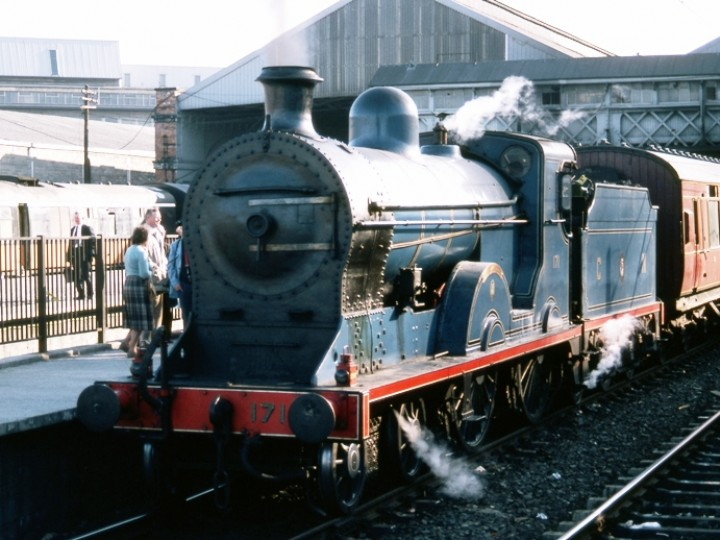 13/5/1984: No.171 at Dublin Connolly platform 3 as part of the 'Galway Bay' railtour. The train had come in from Athlone and was about to leave for Belfast Central. (C.P.Friel)
