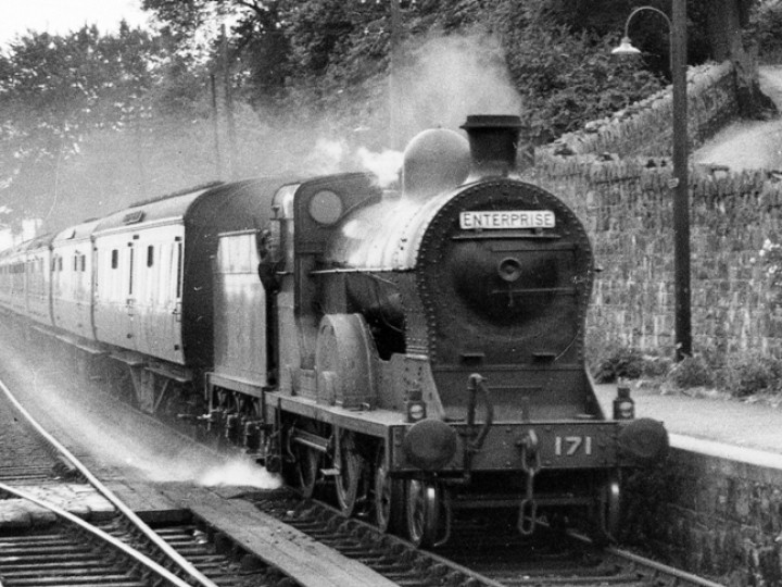 28/6/1952: No.171 before preservation and in her natural habitat, passing through Goraghwood with the Down (Dublin-Belfast) Enterprise. (N.W.Sprinks)