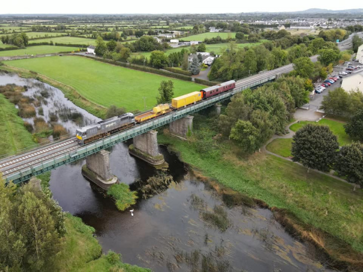 26/9/2021: The van on the tail of the Sperry Train crossing the Barrow Bridge at Monastervan on the 10:15 ex North Wall to Portlaoise. (N. Dinnen)