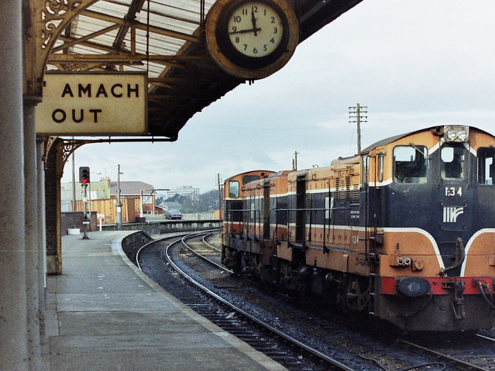 4/11/1991: 134 (coupled to 126) in the middle road at Drogheda. (P. Rose)