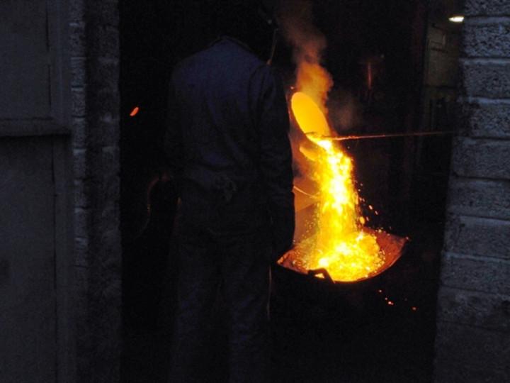 26/1/2015: Raking the slag off the molten metal. (C.P. Friel)