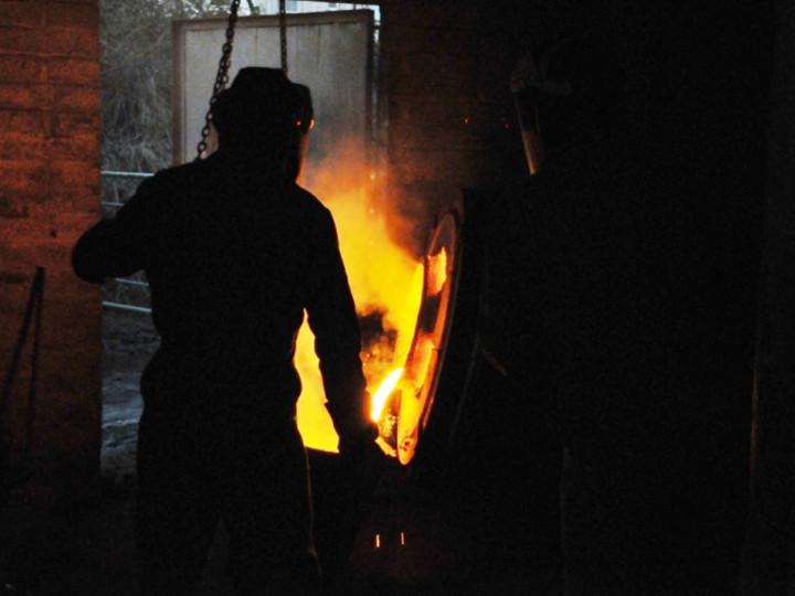 26/1/2015: Pouring the molten iron into the ladle. (C.P. Friel)