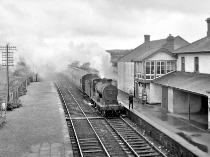 5/9/1964: No.171 at Beragh on a train for Derry. (R. Joanes)